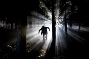 hombre corriendo por un bosque