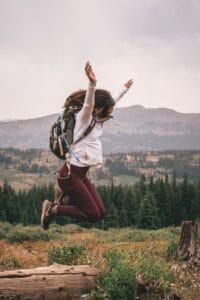 nueva normalidad chica saltando en el campo