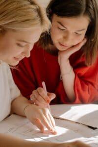 aprendizaje dos mujeres estudiando