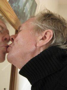 psicoanalisis hombre besando un espejo