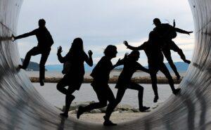 gente joven en la salida de un tubo