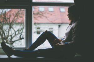 pensamiento mujer pensando en una ventana