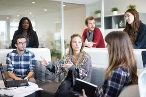 tipos de comunicación personas en una reunion