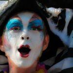 niño con la cara pintada y sombrero