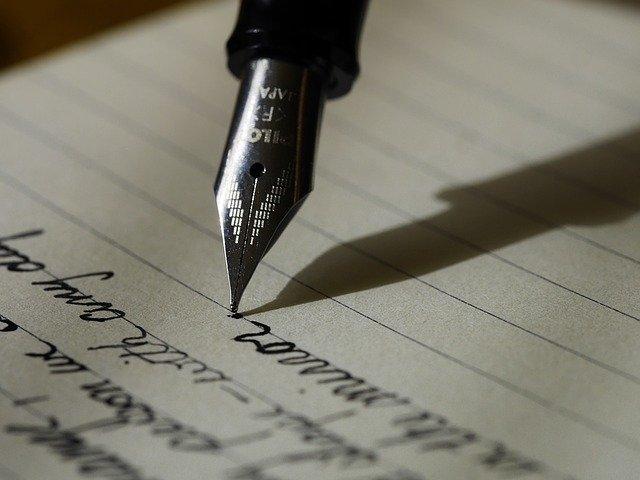 grafología escribiendo con pluma
