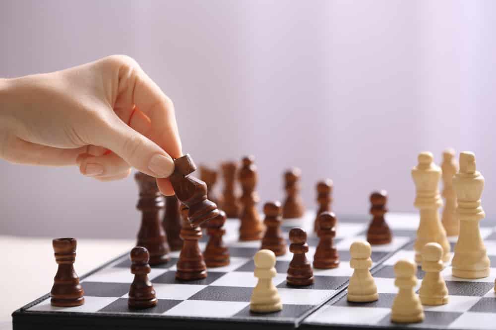 jugando al ajedrez con pensamiento estratégico