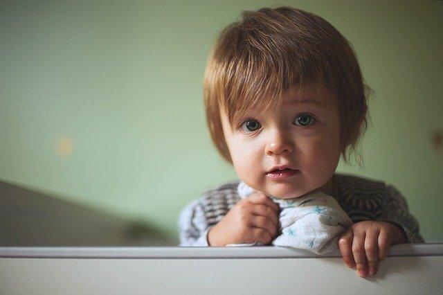 niño prestando atención con la mirada